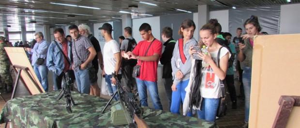 Посета изложбе војног наоружања
